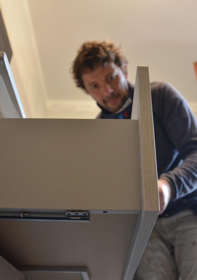 Germano durante il montaggio dei mobili bagno