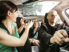 Водители UBER перемещаются по городу с попутчиками, зарабатывая деньги