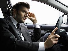 Обычно водитель едет по городу сам, тратя деньги на бензин