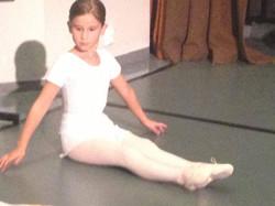 Jente hvit drakt ballett