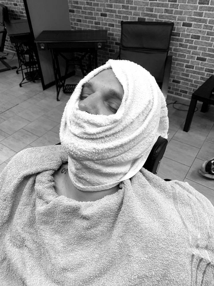 HOT TOWEL - Holení s napařením vousů