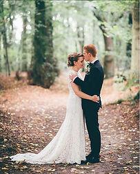 Bryllupsfotografering af brudepar i skov