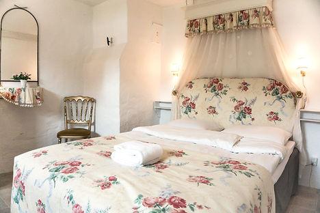romantisk, autentisk og rustikt værelse til overnatning på Lille Restrup Hovedgaard