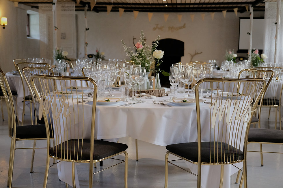 Hyggelige, rustikke, autentiske og romantisk fest- og bryllupslokale med bordopdækning i naturtema
