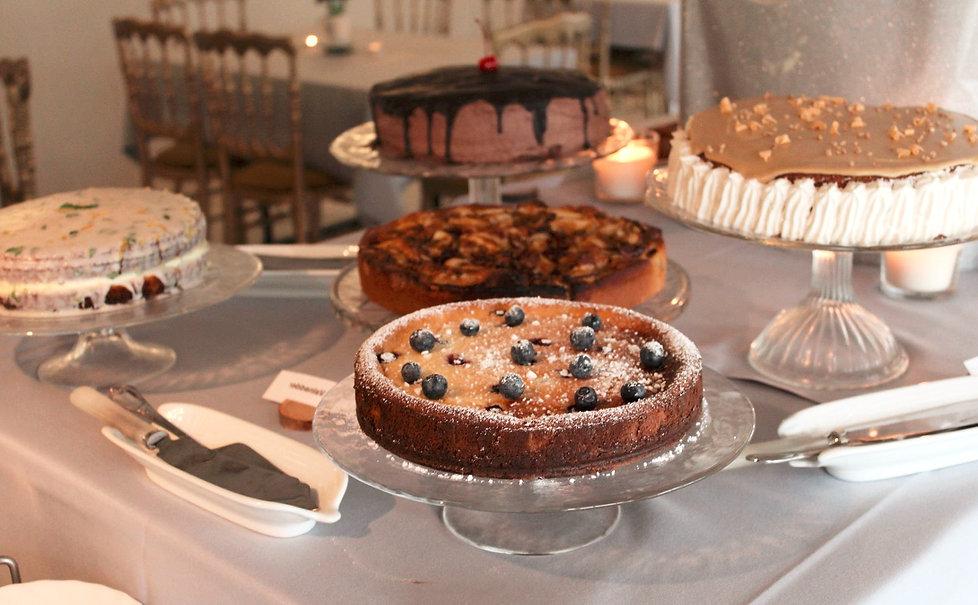 Stort og overdådigt kage bord med kaffe hos Lille Restrup Hovedgaard