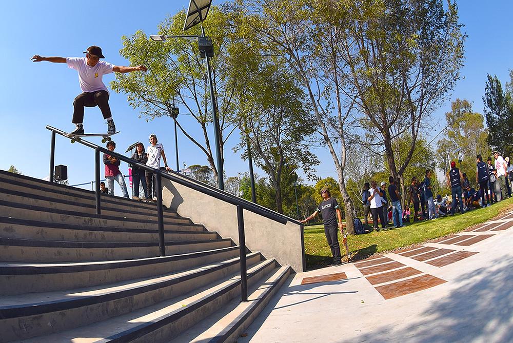 skater sobre riel de mano escaleras Skatepark Constituyentes , Segunda Sección de Chapultepec CDMX