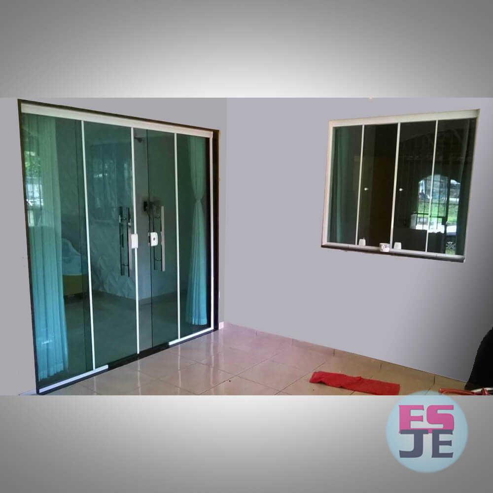 Instalação de Porta de Vidro na cor verde de 04 folhas e Janela