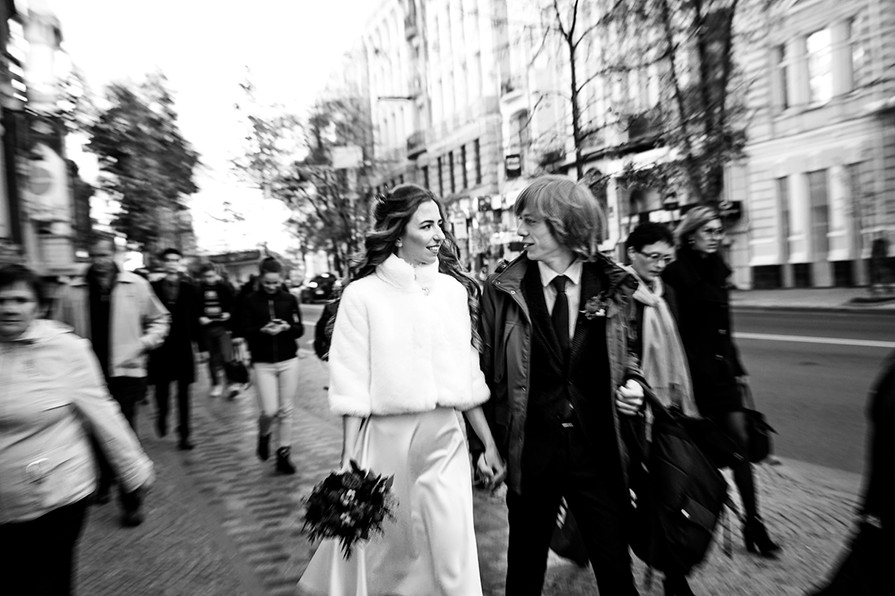 Wedding photo session: a walk in the city