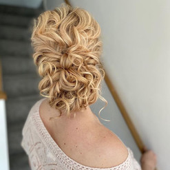 for the 'relaxed updo' bride ✨ . it's am
