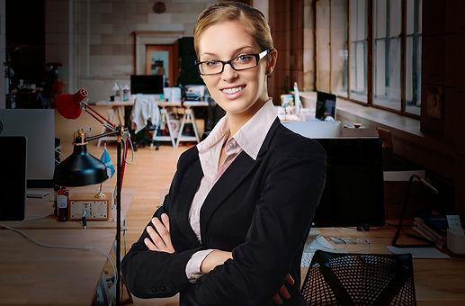 Freiberufliche Geschäftsfrau nutzt die Onepager Vorteile