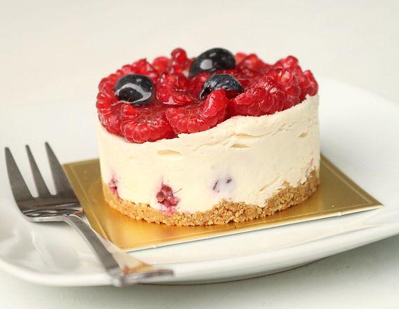 white chocolate cheesecake with fresh be
