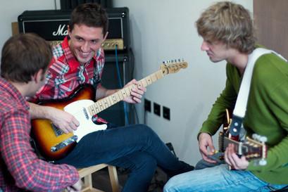 Групповые уроки электрогитары в музыкальной рок-школе на Павелецкой
