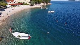 Šljunčane plaže duž cijele obale...