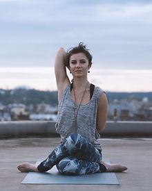 在女子瑜伽姿勢