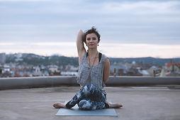 Žena v pózu z jógy