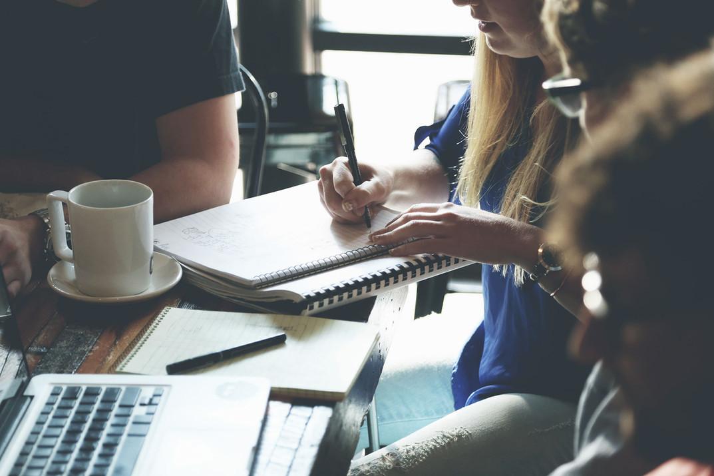 Comunicar, escribir y hablar en público con un estilo caracterizado por su unidad, adecuación, coherencia, orden, claridad, brevedad, sencillez, precisión y lógica