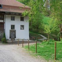 Das Mühlegebäude, rechts das Ofenhaus