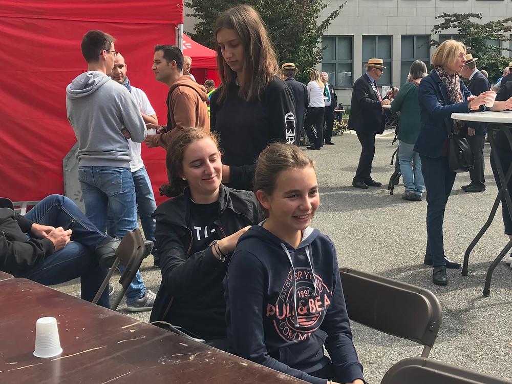 Les soeurs se préparent pour défiler