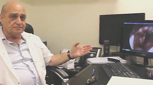פרופסור שבירו יעקב מסביר  כיצד הוא מבצע ניתוח במיתרי הקול