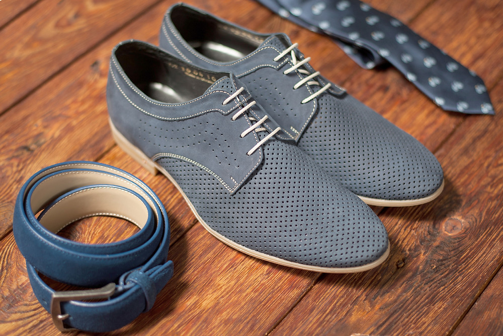 Pair of shoes with eight eyelets in each shoe