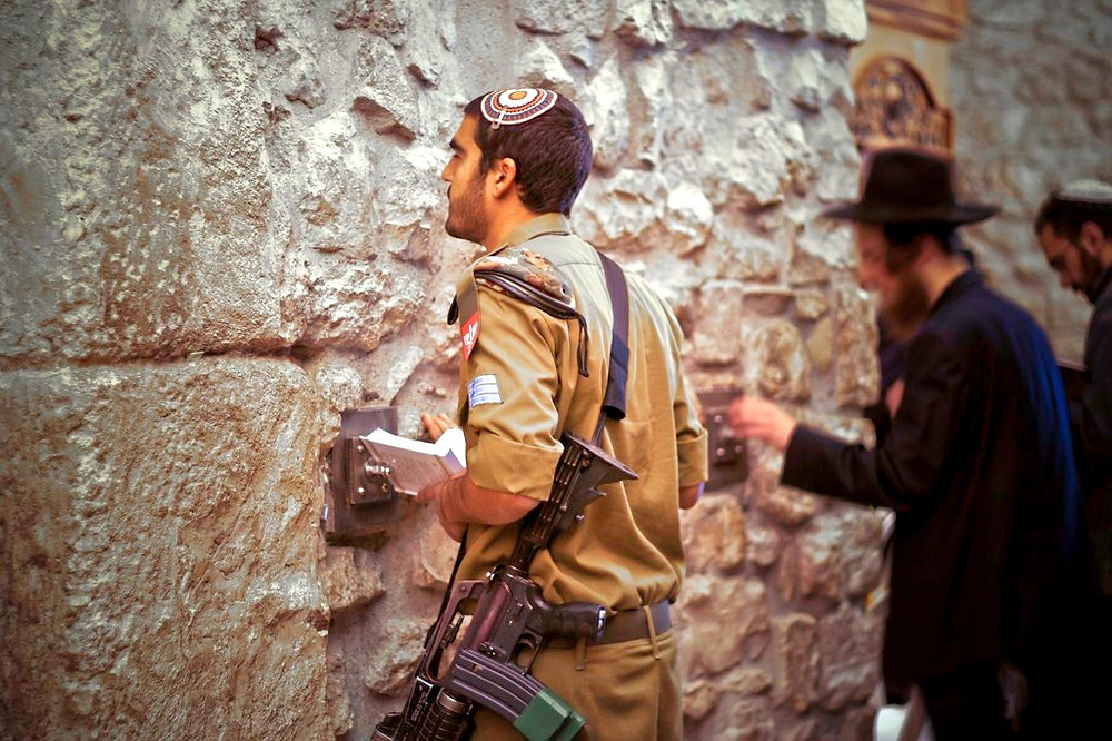 llustration: IDF Soldier at the Western Wall by alex de carvalho, [CC BY-NC-ND 2.0] via Flickr