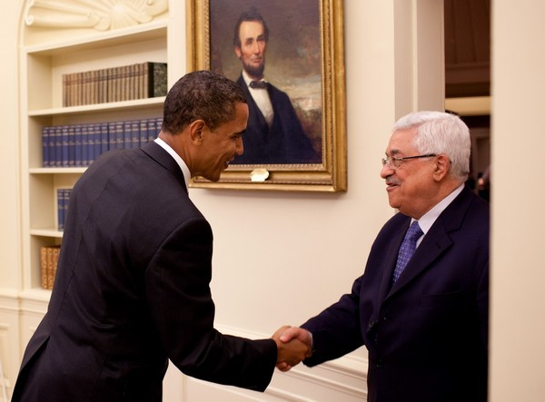 US President Barack Obama greets PA Chairman Mahmoud Abbas (Image credit: Pete Souza [Public domain], via Wikimedia Commons)
