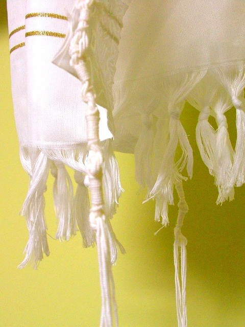Illustration: Tzitzit on a Tallit by Judy Baxter [CC BY-NC-SA 2.0] via Flickr