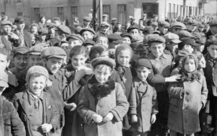 Jewish children in the Warsaw Ghetto (Image credit: Bundesarchiv, Bild 101III-Schilf-002-29 / Schilf / CC-BY-SA 3.0 [CC BY-SA 3.0 de (https://creativecommons.org/licenses/by-sa/3.0/de/deed.en)], via Wikimedia Commons)