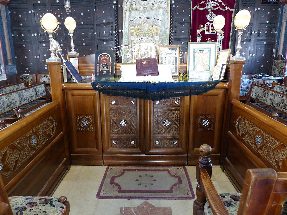 Inside the Ades Aleppo Synagogue in Jerusalem by Benjamín Núñez González - Own work, [CC BY-SA 4.0]