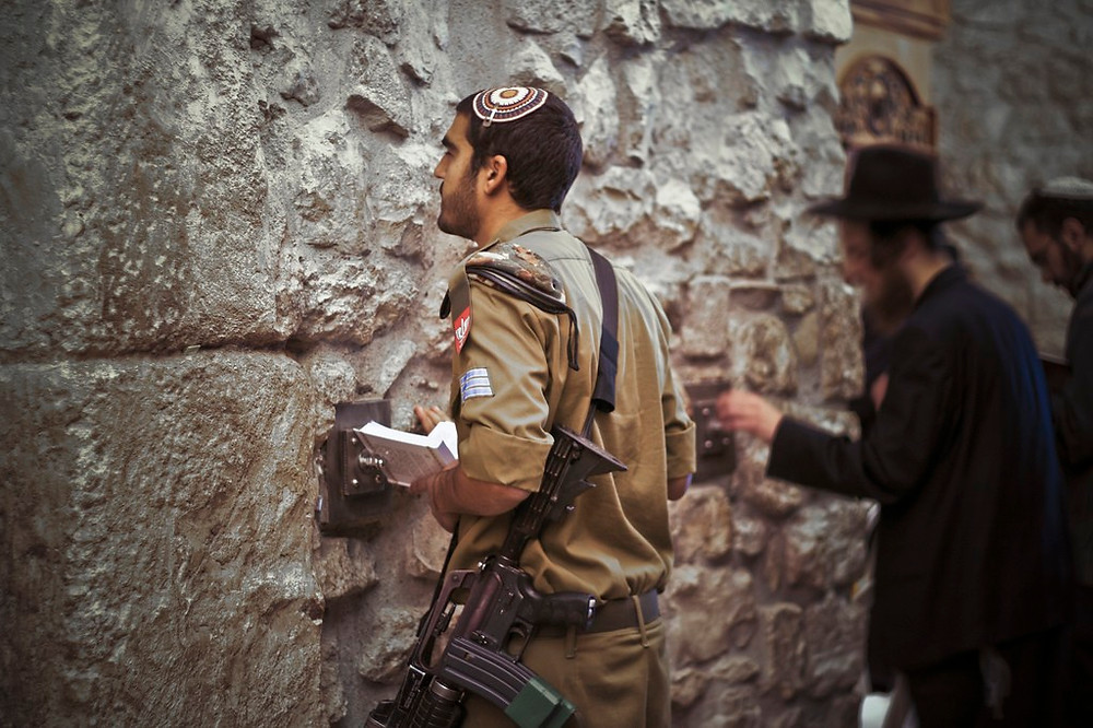 Illustration: IDF Soldier at the Western Wall by alex de carvalho, [CC BY-NC-ND 2.0] via Flickr