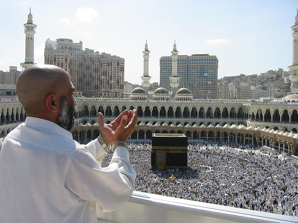 Muslims during the Hajj in Mecca (Image credit: Ali Mansuri [CC BY-SA 2.5 (https://creativecommons.org/licenses/by-sa/2.5)], via Wikimedia Commons)