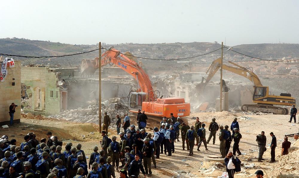 Illustration: Demolishing Houses in Amona (Image credit: Avi Ohayon/Government Press Office of Israel)