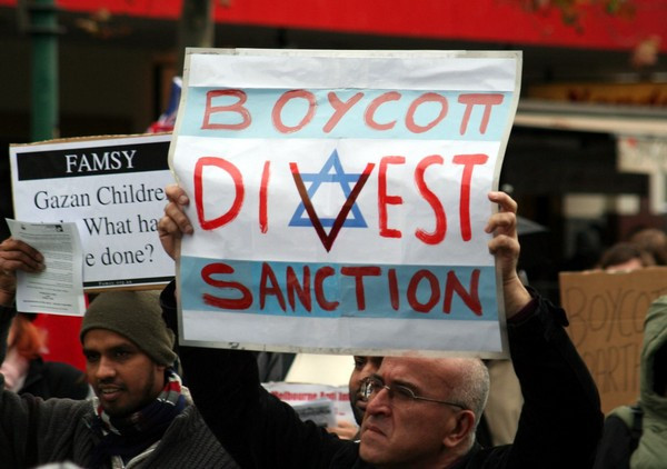 Anti-Israel BDS activists (Image credit: Takver [CC BY-SA 2.0 (https://creativecommons.org/licenses/by-sa/2.0)], via Wikimedia Commons)