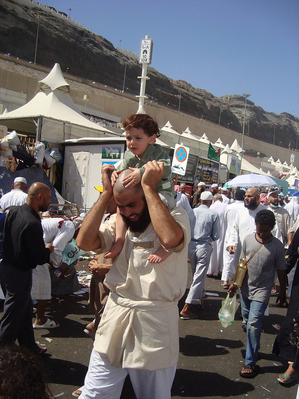 Kemosh shaving and clothing during Hajj (Image credit: Aiman titi (Own work) [CC BY-SA 3.0 (https://creativecommons.org/licenses/by-sa/3.0) or GFDL (http://www.gnu.org/copyleft/fdl.html)], via Wikimedia Commons)