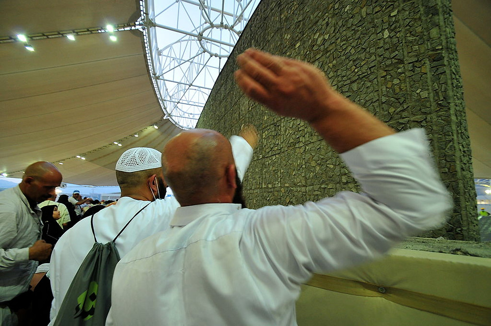 """Stoning the devil"" Markolis worship during Hajj (Image credit: Al Jazeera English (Jamarat Day in Mina) [CC BY-SA 2.0 (https://creativecommons.org/licenses/by-sa/2.0)], via Wikimedia Commons)"