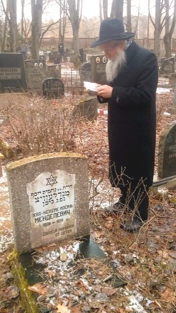Saying kaddish at his mothers grave site (Courtesy Rabbi Mendelovich)