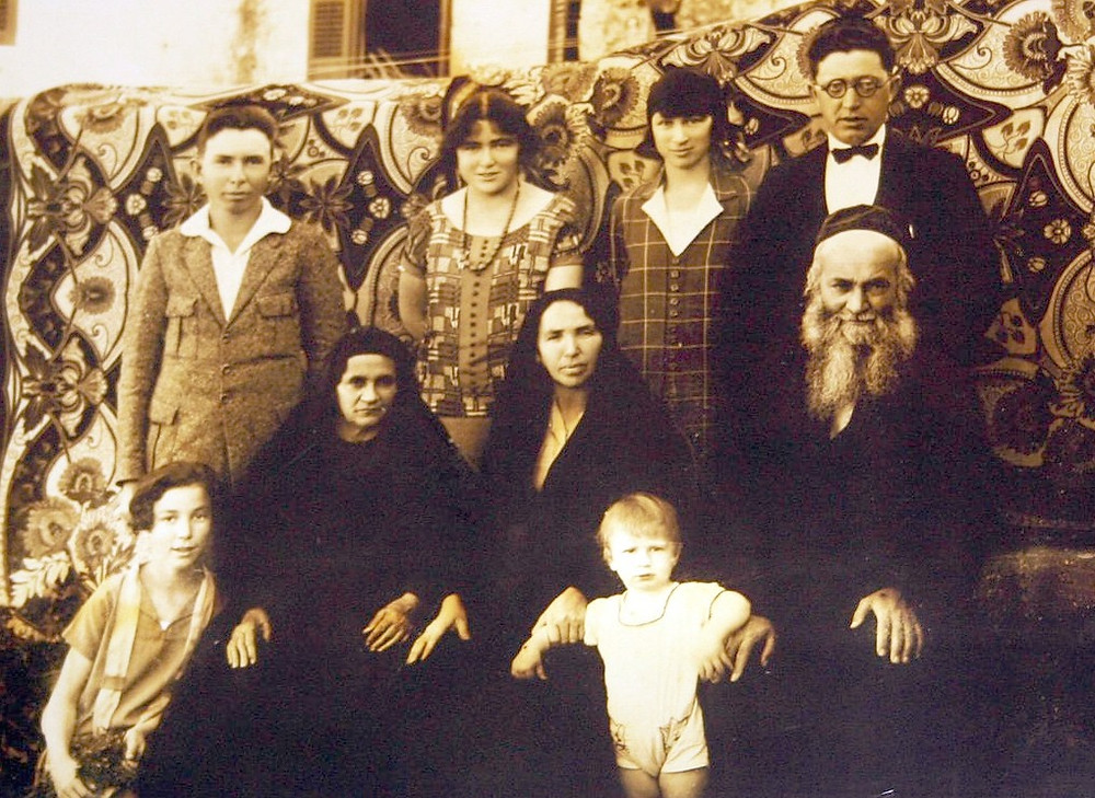 Eliezer Dan and Chana Sara Slonim (standing rear right) with family members by Unknown - Haaretz, Public Domain, via Wikimedia.