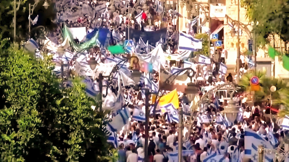 Illustration: Waving the flag in the streets of Jerusalem, Screenshot (Boomerang's YouTube Weekly Terror Report 01:16)