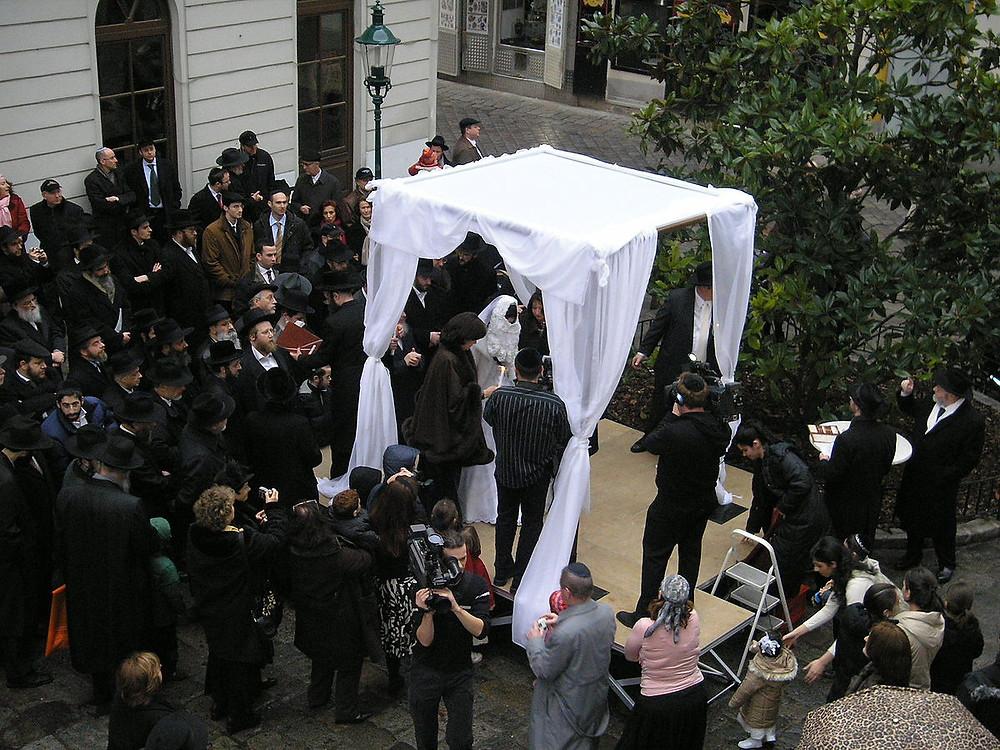 Jewish Wedding in Vienna by Gryffindor - Own work (CC BY 2.5) via Wikimedia