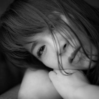 """自分を写真というツールで知ることが出来て私はとても感動しました。 癌にはなったけど、癌になったからこの出会いをいただけてる!というのは奇跡です。  私は子宮頸がんのため女性の臓器がなくなり、再発転移を何度も繰り返し末期ガンになりました。 見た目にはわからない喪失感、この世に女を選んで生を受けたはずなのに、""""女を取られた、女で無くなった""""気持ちに深い悲しみをおぼえました。 抗がん剤治療では髪も失い、鏡に映る自分をみて泣き崩れ自分自身を受け入れられないときもありました。 自分の姿が、 ガラス、鏡、写真などに映る・・・ 笑うことを忘れた私の顔・・・ 大嫌いでした。 決して今でも好きではない自分の顔(笑った顔)ですが、今回このような機会で写真を撮っていただいて、自分がこんな感じで笑ったり、素敵な表情をするのだなって知りました。  少し褒められながらカメラを向けられることに照れ臭さはありましたが気持ち良い時間でした。 MALさんのカメラを通して、輝かせていただきながら自分の可能性を引き出していただきました。  自分のがんとともに歩んだ人生の顔を誇りに、さらに素敵な笑顔で生きていきます。  がんになったことは悲しいことでした。 でも、がんになったからいただいた、このようなご縁を心より感謝いたします。  私のキャンサーギフトは""""人のご縁""""ご縁繋ぎを結んでいきたいと思っています。  〜自分を深く愛し笑い続けることは魂を輝かせ奇跡を起こす力がある〜"""