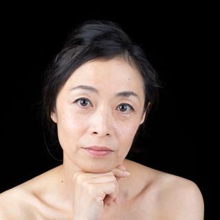 乳がんになり自分の乳房ではなくなって 子宮頸部腺がんになり卵巣子宮がなくなった。 まわりと比べて落ちこみ 女でなくなったと感じて 気持ちが腐ったときもあった。  自分の乳房ではなくなっても、 命の宿る次の世代に繋げる子宮卵巣がなくなっても、 リンパ浮腫で脚が浮腫んで太くなっても、 女であることに変わりはない。 かなり時間はかかったけれど、 私は今、女であることを 楽しんで生きている。 私、脱いだらすごいのよ♡ 傷だらけの身体は 私が一生懸命生きてきた証。 そう思えるようになってから 自分で自分が愛おしくなった。  誰もが尊い一瞬一瞬が繋がり生きている。 がんが教えてくれたことは、 喜びを味わい楽しんで生きることだった。  普通に元気だったら考えもしなかった 身体があるからできること。 美味しく味わい、 いい香りに酔いしれ、 心地よい音に癒され、 美しい景色に魅了され、 優しさと温もりを感じ、 心が震えるような感動ができるのは、 身体があるから感じられること。  この身体はこの世に生まれたときに お借りしている私そのもの。 この身体をお借りしているうちは、 大いに活用してあげなくちゃ♡ 最後の最後には 関わってくれた全てに そして私自身に 心からありがとうといえるように♡  カメラのレンズを通して ありのままの私を引き出してくれたMALさん。 一緒に撮影させていただいた仲間と 温もりに包まれ心が解き放たれる幸せな時間を ありがとうございました♡