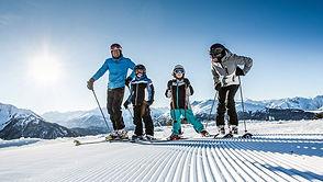 Familie geht skifahren im Winter