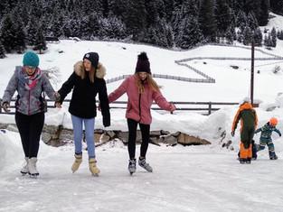 hauseigener Eislaufplatz