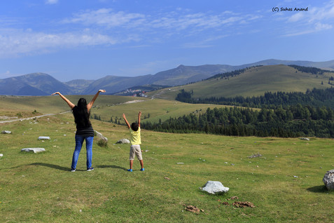 hands to sky transalpina.jpg