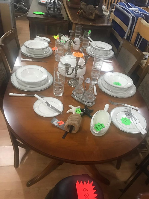 Beautiful Mahogany Extending Dining Table and 4 chairs