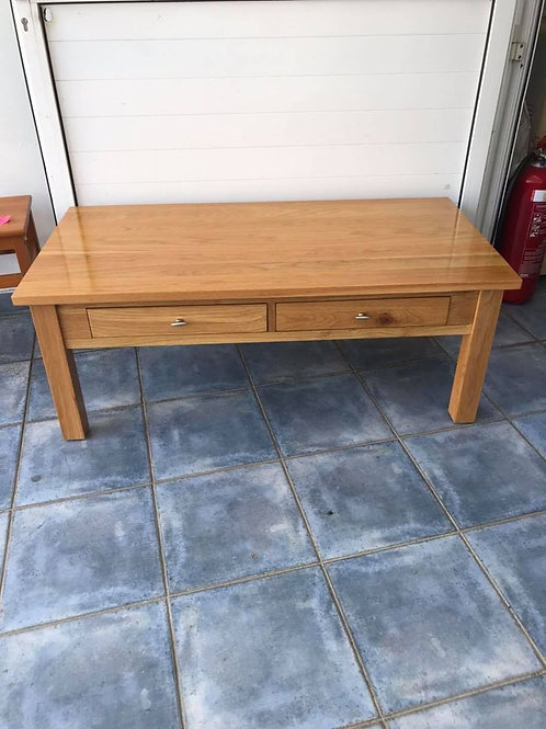 Beautiful oak coffee table with 2 working drawers