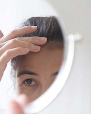 middle-aged-women-are-dismayed-hair-loss