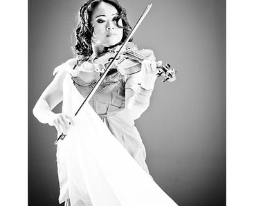 Cô violoniste de talent - avec son ciolent Cô balaye tous les styles musicaux du classique à la techno en passant par les musiques irlandaises