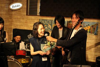 相模原 ギター教室 ウクレレ教室 アドリブギタースクール 発表会で演奏後インタビュー中の生徒様