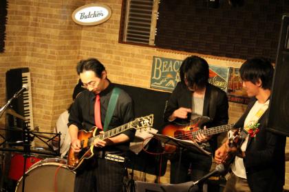 相模原 ギター教室 ウクレレ教室 アドリブギタースクール 発表会で演奏中の生徒様